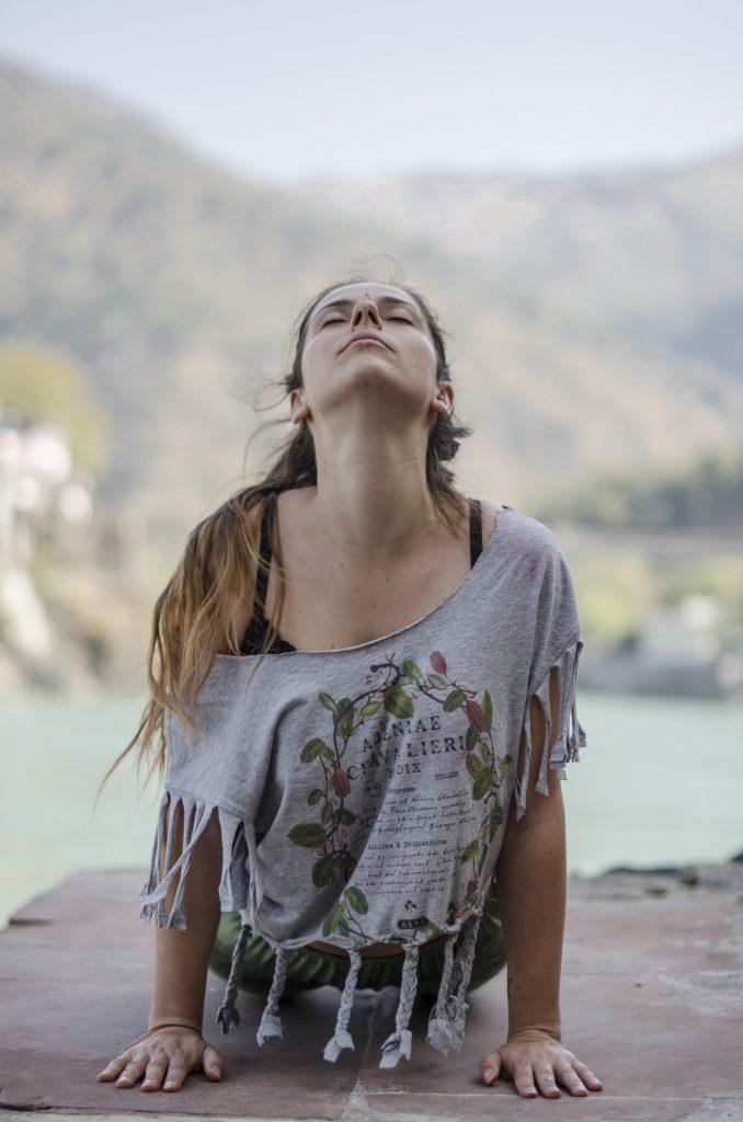 yoga-girl-fille-inde-cobra