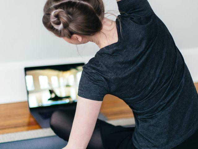 Peut-on apprendre le yoga derrière un écran?
